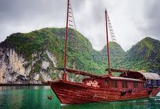 Bateau dans la baie long d'ha du Vietnam images libres de droits