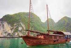 Bateau dans la baie long d'ha du Vietnam Asie photographie stock