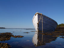 Bateau dans la baie paisible photographie stock libre de droits