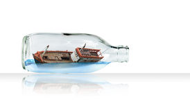 Bateau dans la bouteille en verre (concept surréaliste) Photographie stock