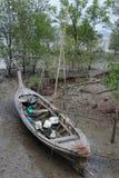 Bateau dans la côte Photo stock
