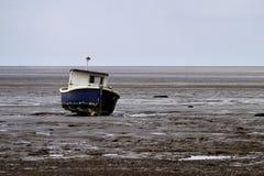 Bateau dans la marée  Photos libres de droits