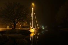 Bateau dans le canal aux Pays-Bas image stock