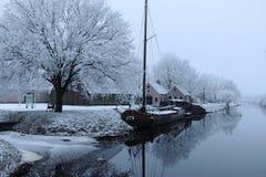 Bateau dans le canal aux Pays-Bas dans l'hiver photos libres de droits