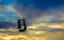 Bateau dans le ciel image stock