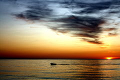 Bateau dans le coucher du soleil photo libre de droits