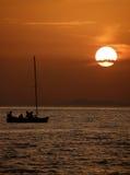 Bateau dans le coucher du soleil Photographie stock libre de droits