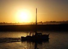 Bateau dans le coucher du soleil Images libres de droits