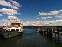 Bateau dans le dock Photo libre de droits