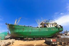 Bateau dans le dock sec pendant la révision Photos libres de droits