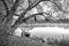 Bateau dans le lac au lever de soleil Photographie stock libre de droits