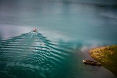 Bateau dans le lac Zaovine Photos stock
