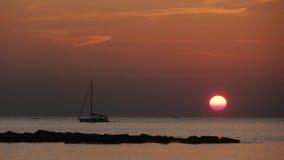 Bateau dans le lever de soleil Photo stock