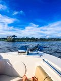 bateau dans le port de Charleston photo libre de droits