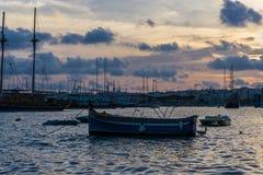 Bateau dans le port de La Valette au crépuscule, Malte, l'Europe Images stock