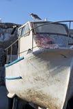 Bateau dans le village de pêche photographie stock libre de droits