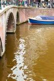 bateau dans les canaux d'Amsterdam image stock