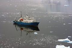 Bateau dans les eaux antarctiques Photographie stock