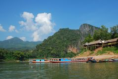 Bateau dans les Laotiens Photo stock