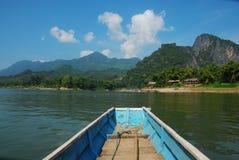 Bateau dans les Laotiens Photos stock