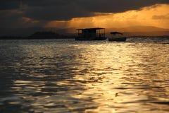 Bateau dans un coucher du soleil photo stock
