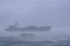 Bateau dans une tempête Images libres de droits