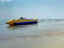Bateau de banane en plage de Saen de coup, Thaïlande photo stock