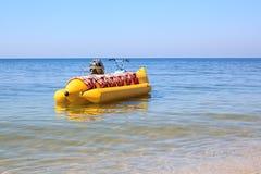 Bateau de banane jaune en mer bleue Photographie stock libre de droits