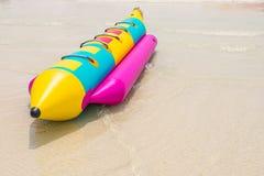 Bateau de banane sur la plage Photographie stock libre de droits