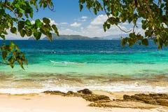 Bateau de Banca à une belle plage en île de Cagnipa, Philippines Image stock