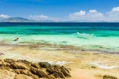 Bateau de Banca à une belle plage en île de Cagnipa, Philippines Photo stock