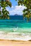 Bateau de Banca à une belle plage en île de Cagnipa, Philippines Image libre de droits