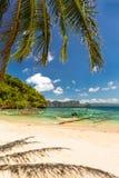 Bateau de Banca à une belle plage tropicale en île de Palawan, Phili Image libre de droits