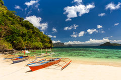 Bateau de Banca à une belle plage tropicale en île de Palawan, Phili Photographie stock