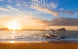 Bateau de Banca au coucher du soleil en île de Palawan, Philippines Photos stock