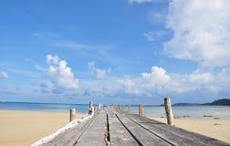 Bateau de canoë et port en bois par la mer Photo libre de droits