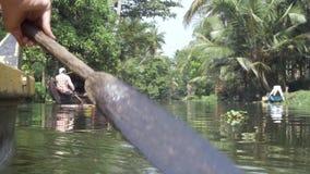 Bateau de canoë sur des mares d'état du Kerala, Inde du sud banque de vidéos