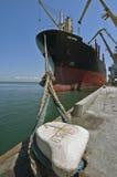 bateau de chargement dessous photo stock