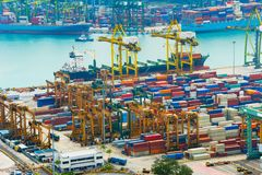 Bateau de chargement Port industriel de Singapour photographie stock