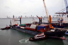 Bateau de Containersand dans le dock Photographie stock libre de droits