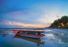 Bateau de coucher du soleil avec la marée basse de l'île Indonésie de Singkep photo stock