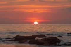Bateau de coucher du soleil de la Thaïlande au soleil photographie stock libre de droits
