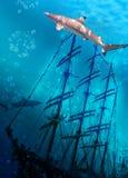 Bateau de coulage sur le fond marin et les requins photographie stock