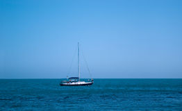 Bateau de course en mer Image libre de droits