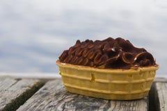 Bateau de crème glacée par la mer Photo stock