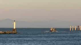Bateau de crabe partant, port de Steveston 4k UHD clips vidéos