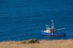 Bateau de Cray ancré dans les eaux calmes photo libre de droits