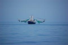 Bateau de crevette en mer Image libre de droits