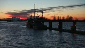 Bateau de crevette partant au lever de soleil, Steveston banque de vidéos