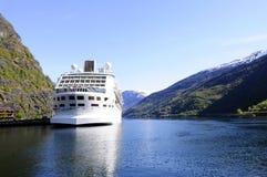 Bateau de croisière amarré sur un fjord Images stock